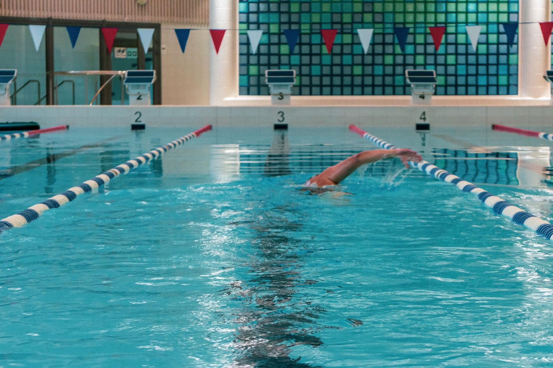 Kuohun kuntouintialtaan kuusi rataa tarjoavat loistavat puitteet uida itsensä kuntoon ja treenata eri uintilajeja tasokkaasti.