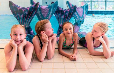 Merenneitojen ja kalapoikien omassa uimakoulussa Kuohussa harjoitellaan sukeltamista, liukuja ja monenlaista muuta vedenalaiseen maailmaan liittyvää. Turvallisuus ja hauskuus ovat tärkeimmät asiat. Merenneitoilu tukee lapsen liikunnallisuutta.